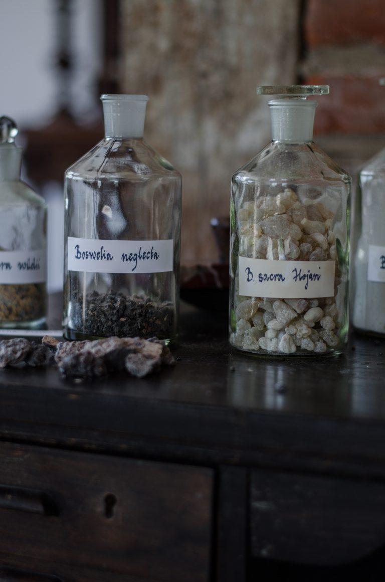 Olejek kadzidłowy destyluje się z żywicy wielu gatunków kadzidłowców. W Herbisklepie mamy całą kolekcję olejków kadzidłowcowych.