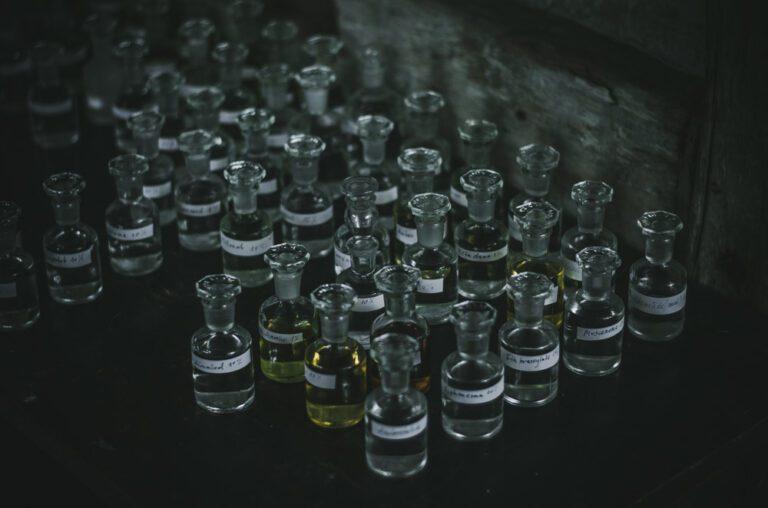 Butelki z surowcami perfumeryjnymi