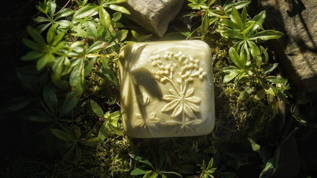 kostka ziołowego mydła wśród roślin